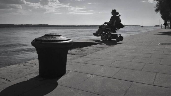 Turistični vavčer v rokah invalida