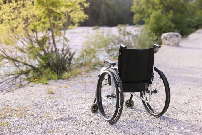 Invalidski voziček na pesku